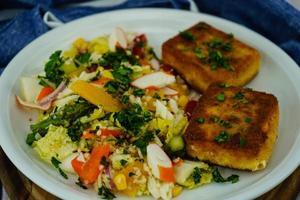 fromage de brebis pané et cuit au four avec salade de surimi photo