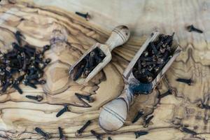 clou de girofle séché sur bois d'olivier photo