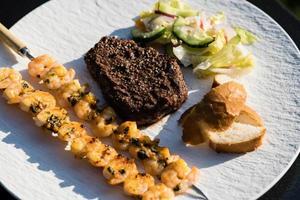 steak de filet de surf et de gazon et crevettes tigrées blanches photo