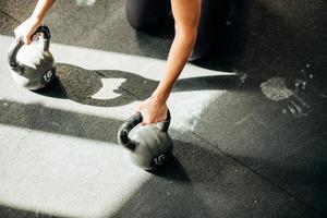 exercice de pompe de force de femme photo