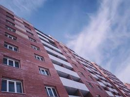 Nouveau bâtiment en briques rouges à plusieurs étages inoccupé. photo