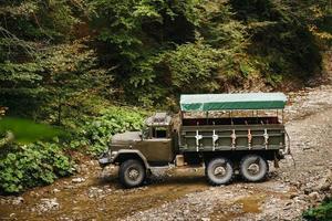 un camion soviétique dans les montagnes des Carpates transporte des personnes en excursions. photo