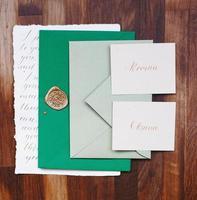 détails de mariage à plat. invitation de mariage. maquette. enveloppe. photo
