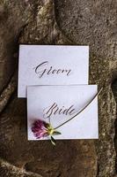 détails de mariage à plat. invitation de mariage. maquette. trèfle. photo