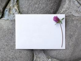 détails de mariage à plat sur fond de pierre. invitation de mariage. photo