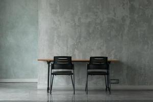 un bureau minimal dans une salle de finition en béton. photo