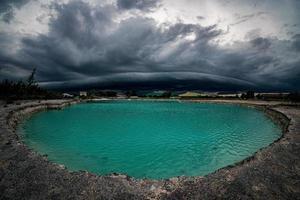 les gros nuages orageux noirs ou arcus cloud, photo