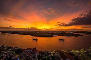 coucher de soleil sur la rivière chao phraya samut prakan, thaïlande. photo