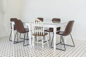 décoration intérieure de table à manger vide dans la salle à manger photo