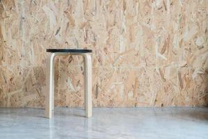 chaise moderne avec fond en bois dans le salon photo