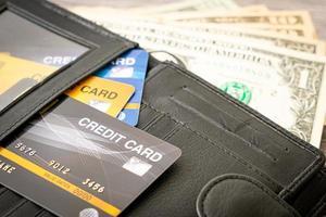 portefeuille avec argent et carte de crédit - concept d'économie et de finance photo