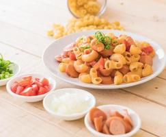 macaroni aux saucisses sur la table photo