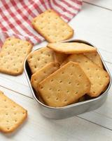 biscuits craquelins sur fond de table en bois photo