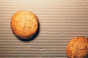 biscuits aux fruits confits, fond en carton ondulé photo