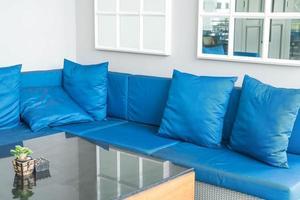 bel oreiller de luxe sur la décoration de canapé à l'intérieur du salon photo