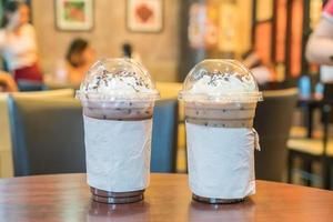 chocolat glacé et café glacé avec chantilly photo