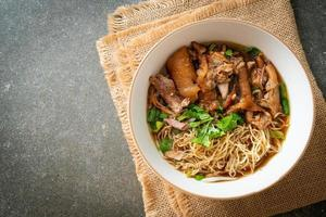 nouilles de cuisse de porc à l'étouffée dans une soupe brune photo