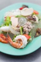 salade de vermicelles de fruits de mer épicée photo