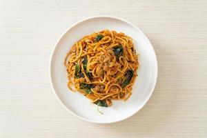 spaghetti sauté aux palourdes et pâte de piment photo