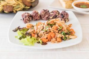 salade végétalienne épicée avec baies collantes et riz aux céréales photo