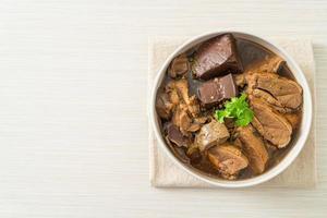 canard en cocotte ou canard vapeur sauce soja et épices photo