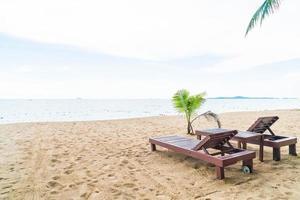 chaise de plage, palmier et plage tropicale à pattaya en thaïlande photo