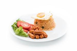 riz frit avec saucisse et oeuf au plat sur la table photo