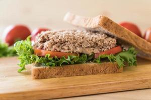 sandwich au thon sur planche de bois photo