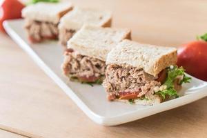 sandwich au thon sur la table photo