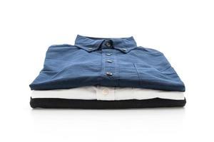 chemise bleu foncé sur fond blanc photo