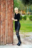 femme blonde près du mur en bois photo