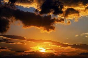 belles couleurs d'un coucher de soleil dans le ciel photo
