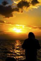 une silhouette d'homme et le coucher du soleil photo