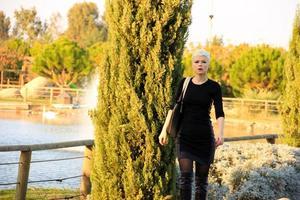femme blonde dans le parc dans la nature verdoyante photo