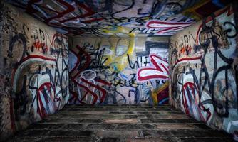 scène d'intérieur de salle de mur de graffiti photo