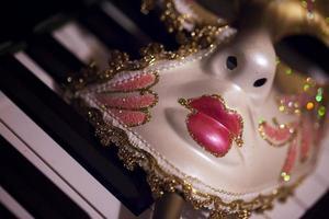 masque de théâtre de venise carnaval et touches de piano photo