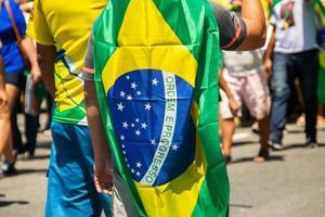 homme avec le drapeau du brésil sur le dos photo