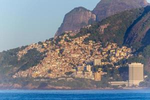 colline vidigal vue de la plage d'ipanema à rio de janeiro, brésil photo
