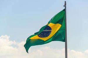 drapeau brésilien à l'extérieur avec fond bleu à rio de janeiro, brésil photo