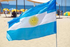 Drapeau de l'uruguay à l'extérieur sur la plage de copacabana à rio de janeiro, brésil photo