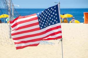 Drapeau des États-Unis d'Amérique sur la plage de Copacabana à Rio de Janeiro, Brésil photo
