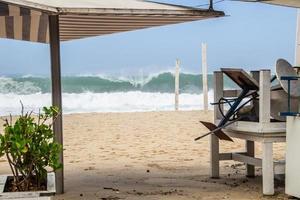 Grande vague déferlant sur la plage de Leblon à Rio de Janeiro, Brésil photo
