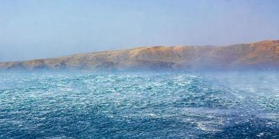 mer bleue agitée avec vent fort à novi vinodolski croatie. photo