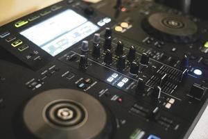 panneau de contrôle utilisé par le dj pour mixer de la musique live photo