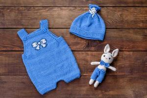 Lièvre jouet attaché à partir de fils de laine sur fond sombre photo