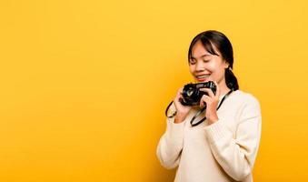 beau jeune studio de tourisme asiatique tourné avec appareil photo
