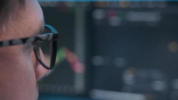 vue rapprochée d'un homme d'affaires concentré porte des lunettes d'ordinateur photo