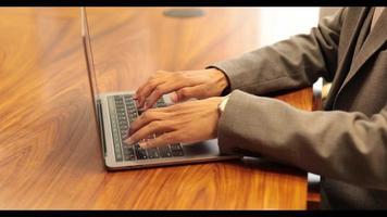 homme tapant sur un ordinateur portable photo
