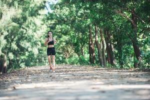 jeune femme fitness jogging dans le parc. photo