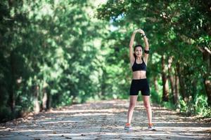 jeune femme fitness étirement des jambes avant de courir. photo